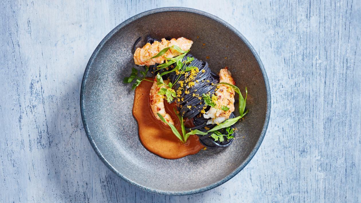 Makaron z langustą, sosem ze skorupiaków i tartym suszonym żółtkiem