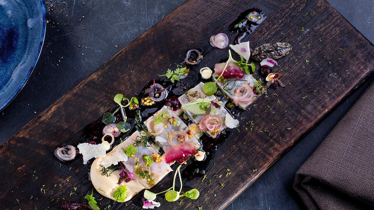 Marynowany miecznik, mus z foie gras, krem z rukwi wodnej