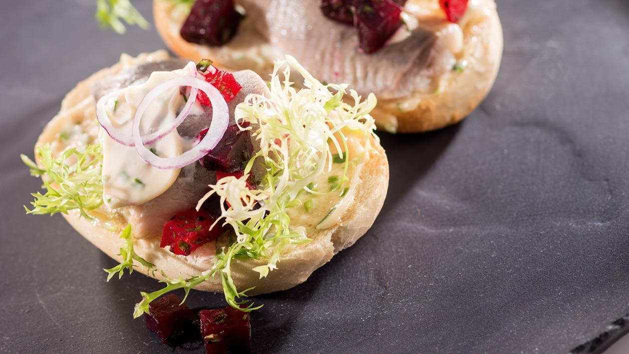 Matias sandwich - kanapka ze śledziem i sałatką z buraka
