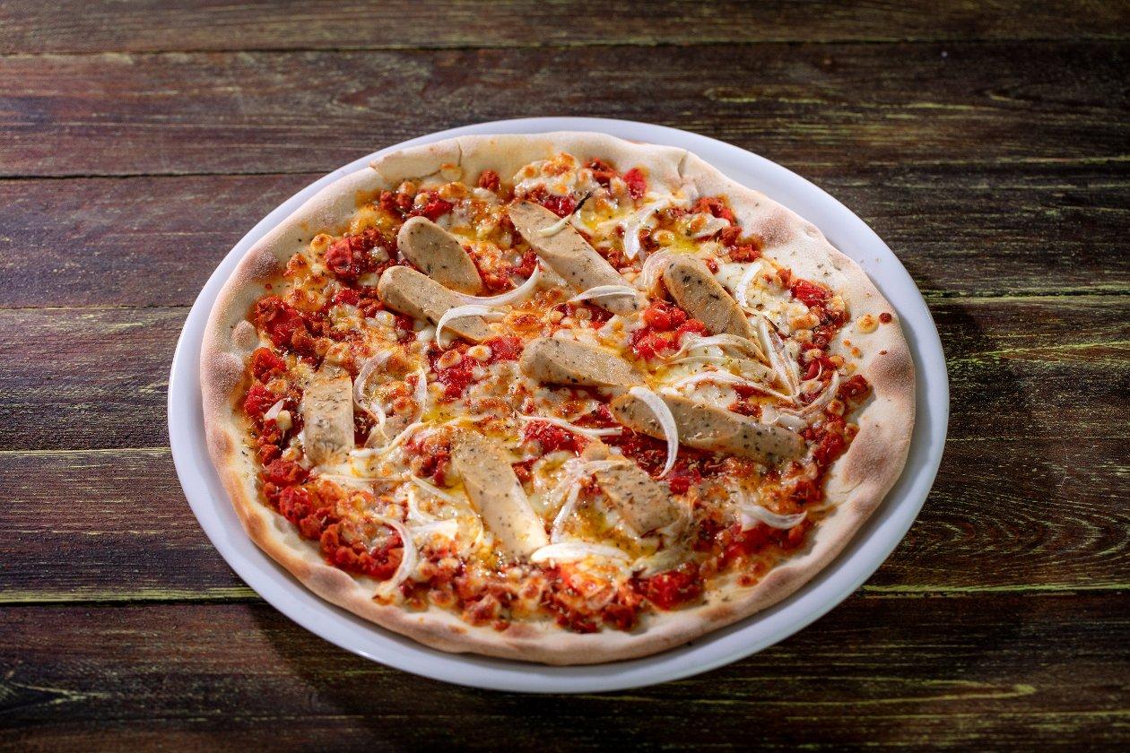 Pizza z wegetariańskim kiełbaskami i sosem bolońskim