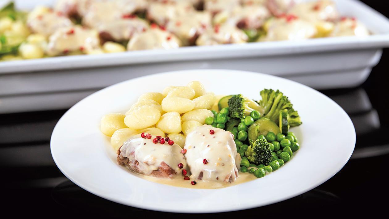 Policzki wieprzowe podane w kremowym sosie dijonnaise z gnocchi i zielonymi warzywami