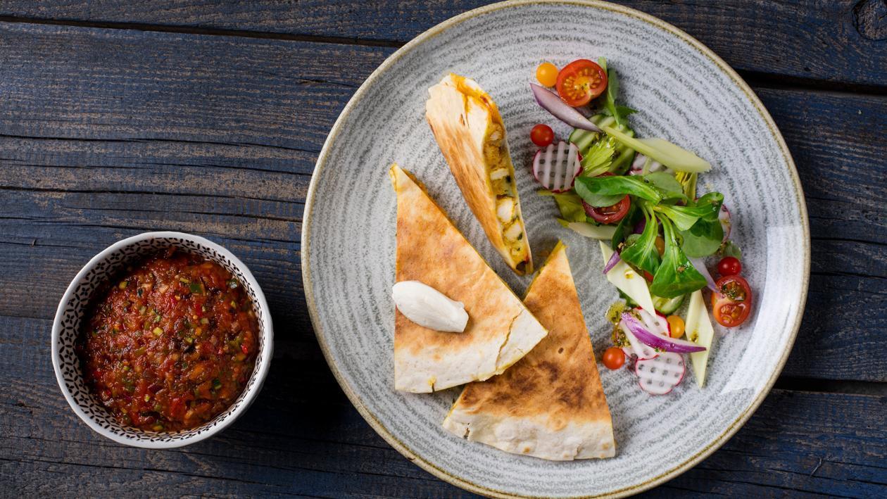 Quesadilla z kurczakiem curry i salsą pomidorową