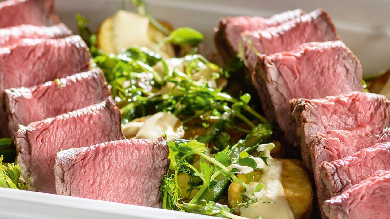 Rostbef pieczony w niskiej temperaturze, podawany na ziemniakach z rozmarynem i sosem bearnaise