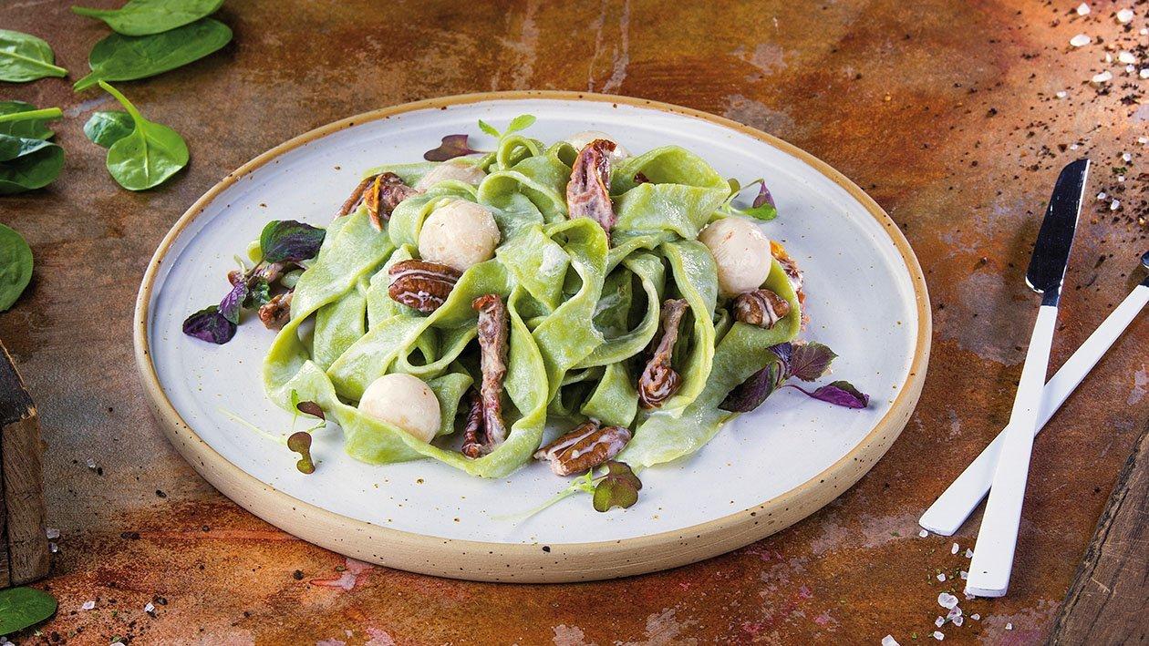 Rustykalny zielony makaron z mascarpone, suszonymi pomidorami, gruszką i orzechami pekan