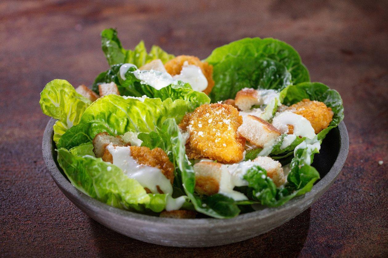 Sałatka Cezar z nuggetsami i kremowym sosem