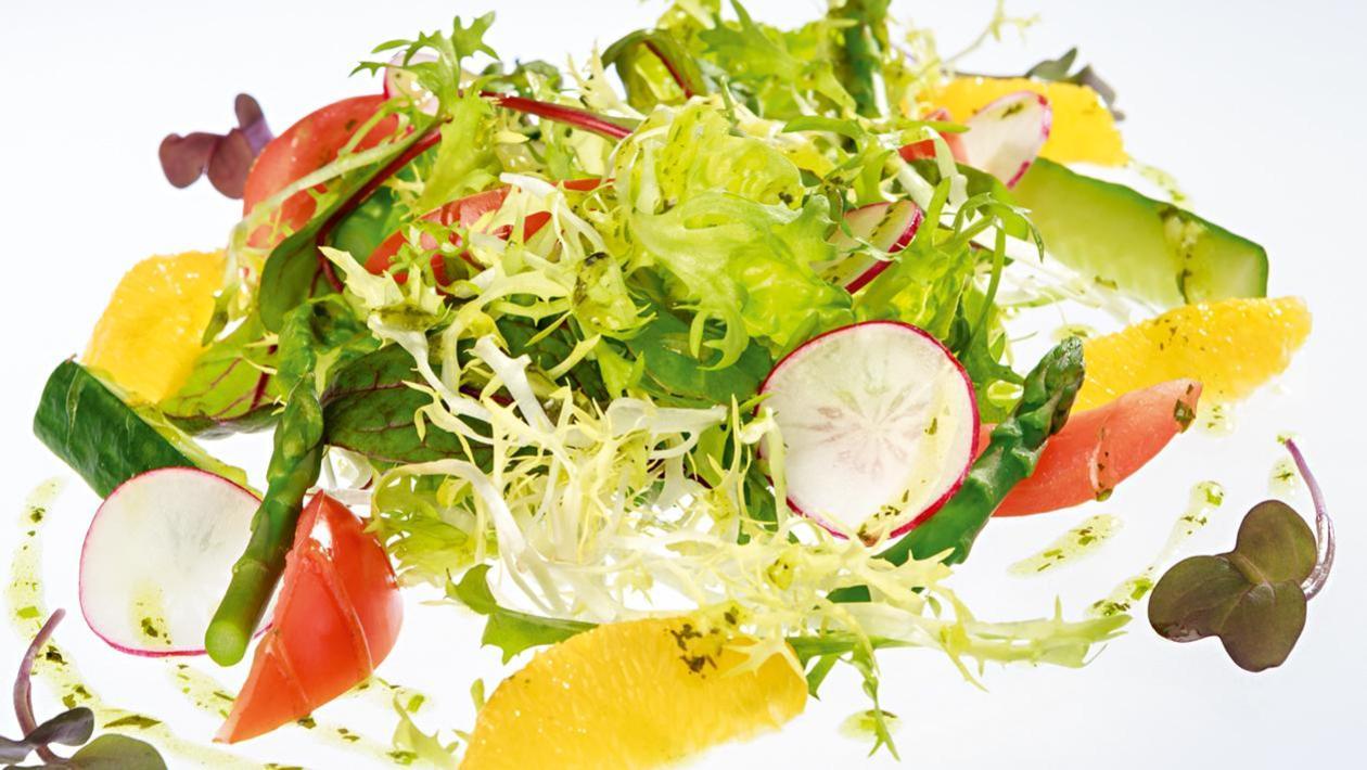Sałatka wiosenna z dodatkiem filetów z pomarańczy z klasycznym sosem ogrodowym