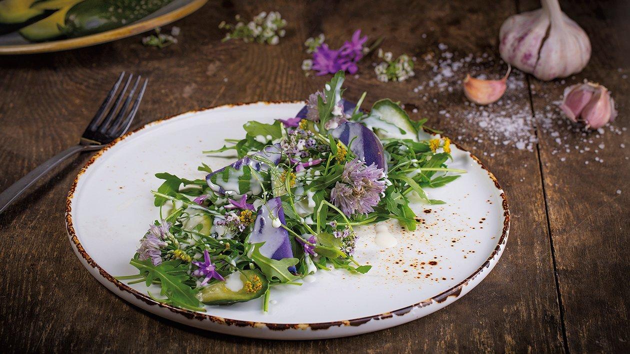 Sałatka z fioletowych ziemniaków, ogórków małosolnych i rukoli