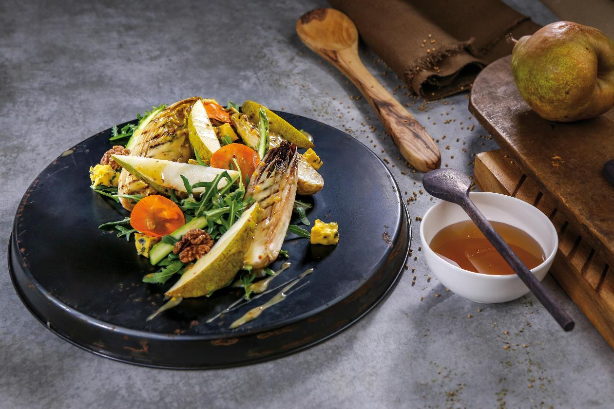 Sałatka z grillowaną cykorią, gruszką i orzechami włoskimi z sosem miodowo-musztardowym