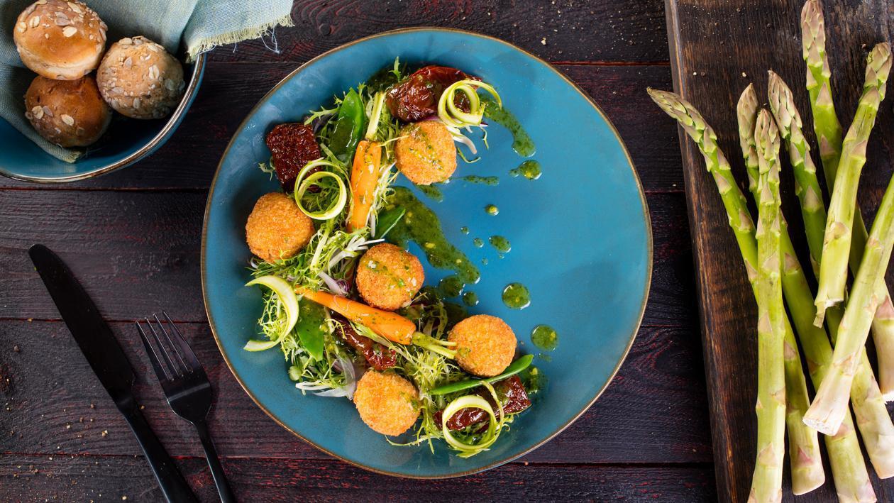 Sałatka z krokietem z kurczaka i klasycznym dressingiem ogrodowym