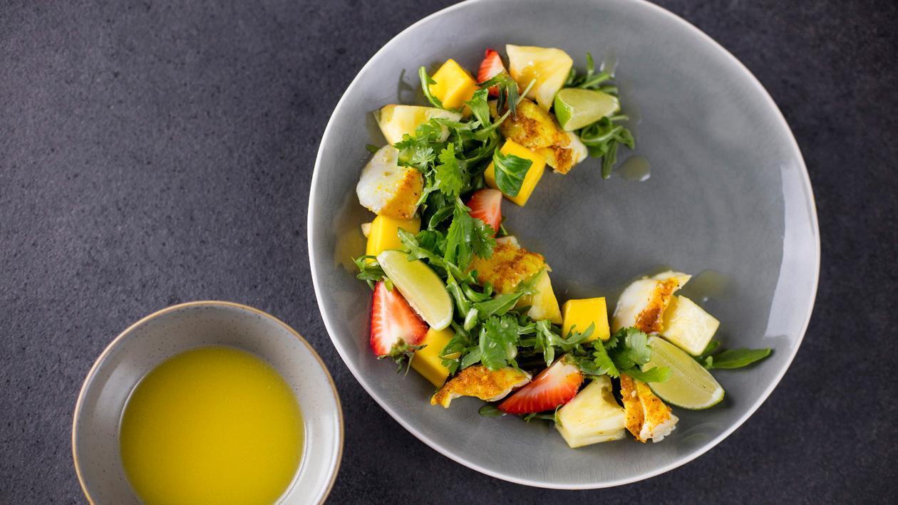 Sałatka z pieczonego dorsza w żółtym curry z mango i ananasem