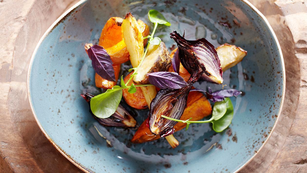 Sałatka z pieczonych sezonowych warzyw z lekkim dressingiem