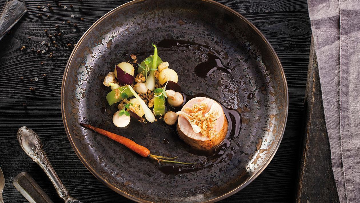 Schab z demi-glace warzywnym i sałatką ziemniaczaną z ogórkiem