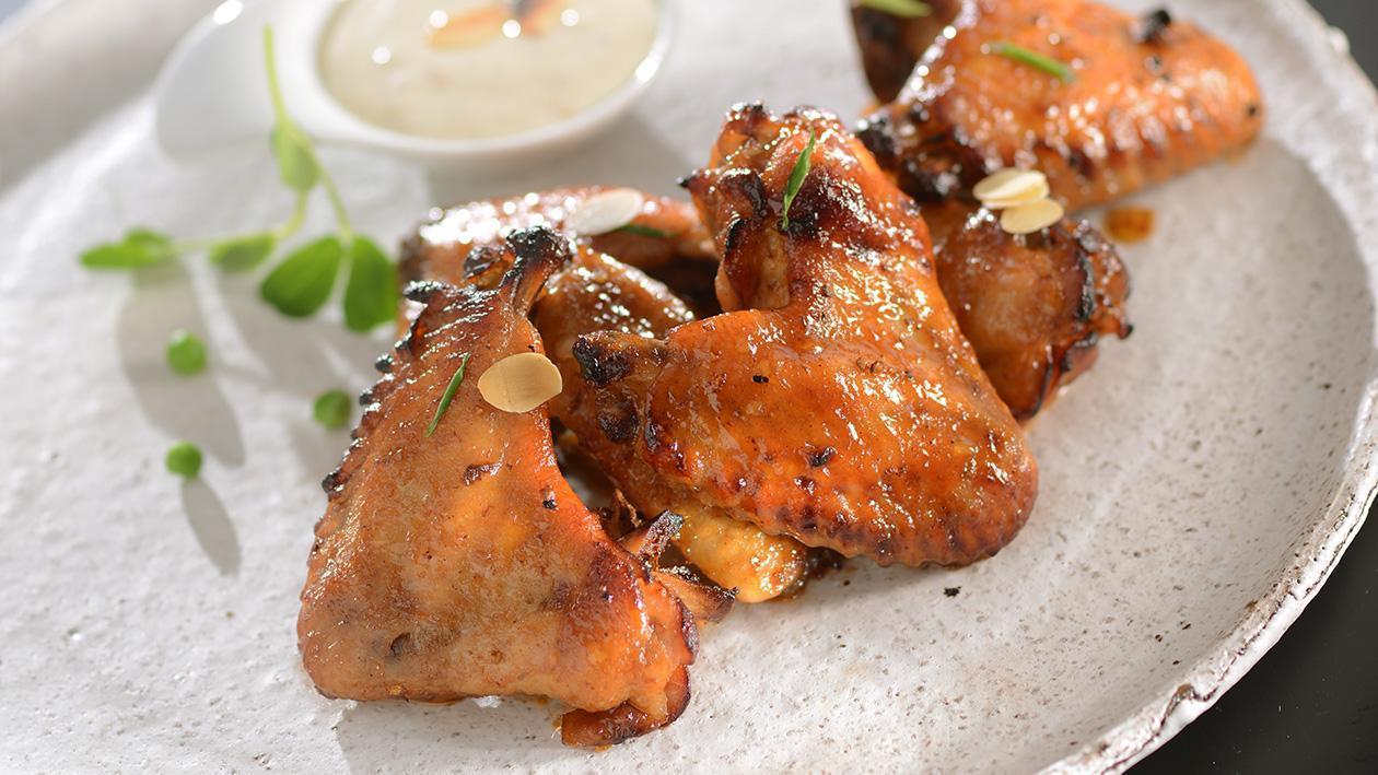Skrzydełka kurczaka BBQ z dipem serowym
