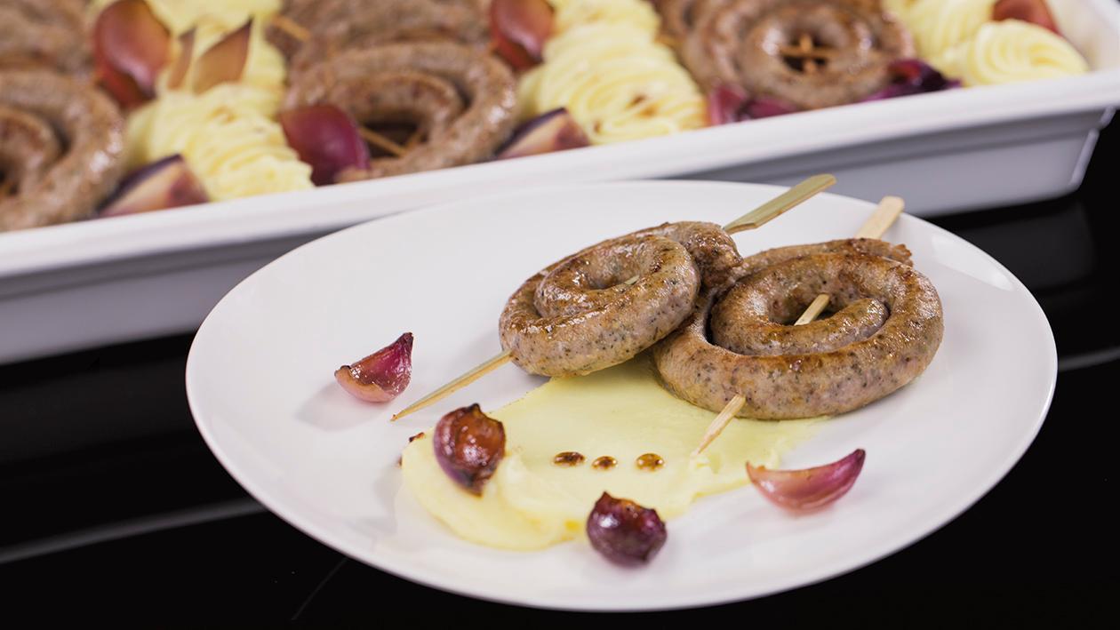 Smażone kiełbaski z puree ziemniaczanym i czerwoną cebulą