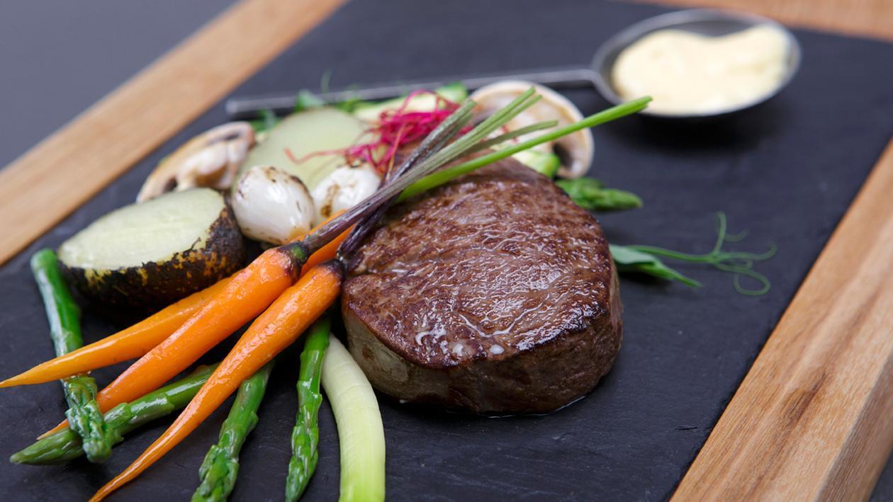 Stek z polędwicy wołowej, sos bernaise, warzywa