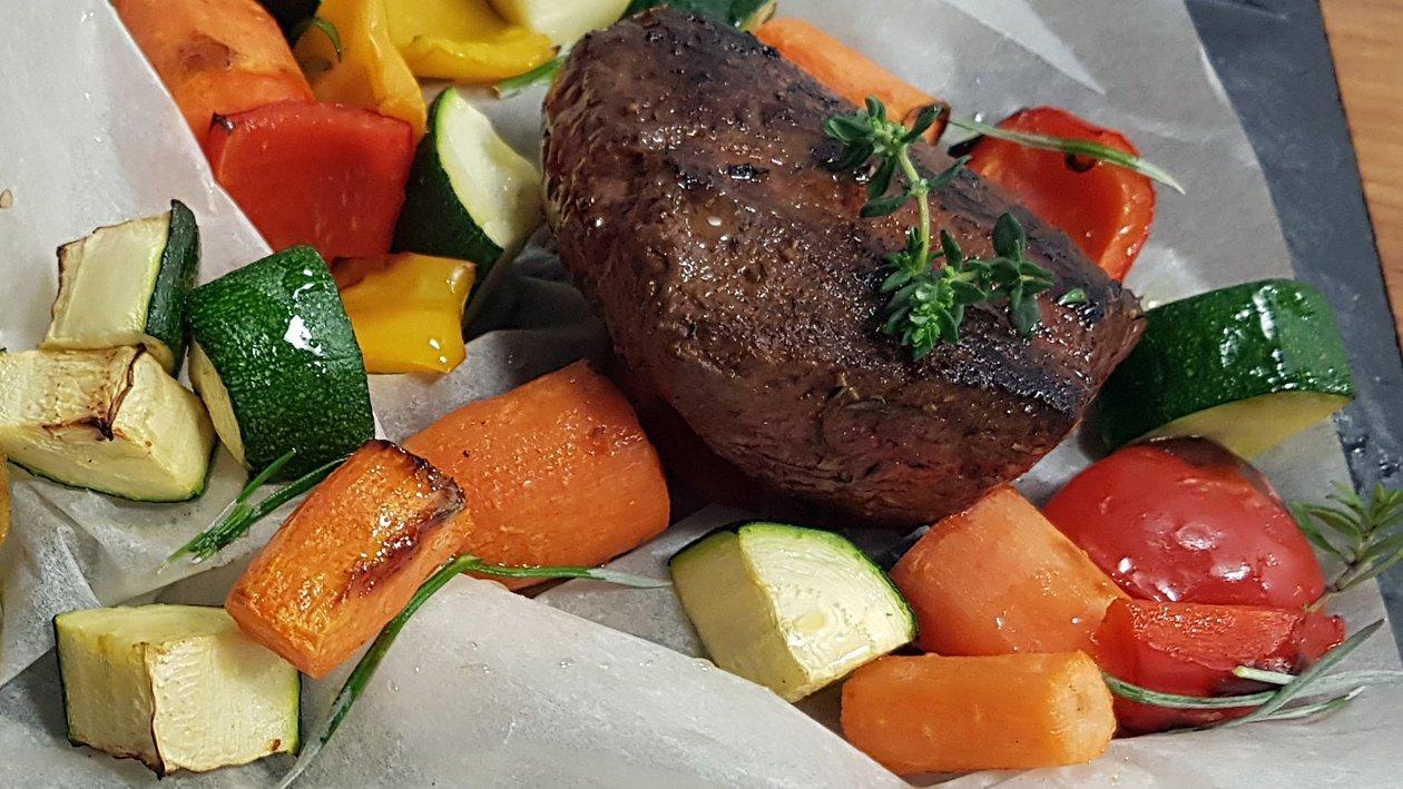 Stek ze strusia z wędzonymi ziemniakami i pieczonymi warzywami