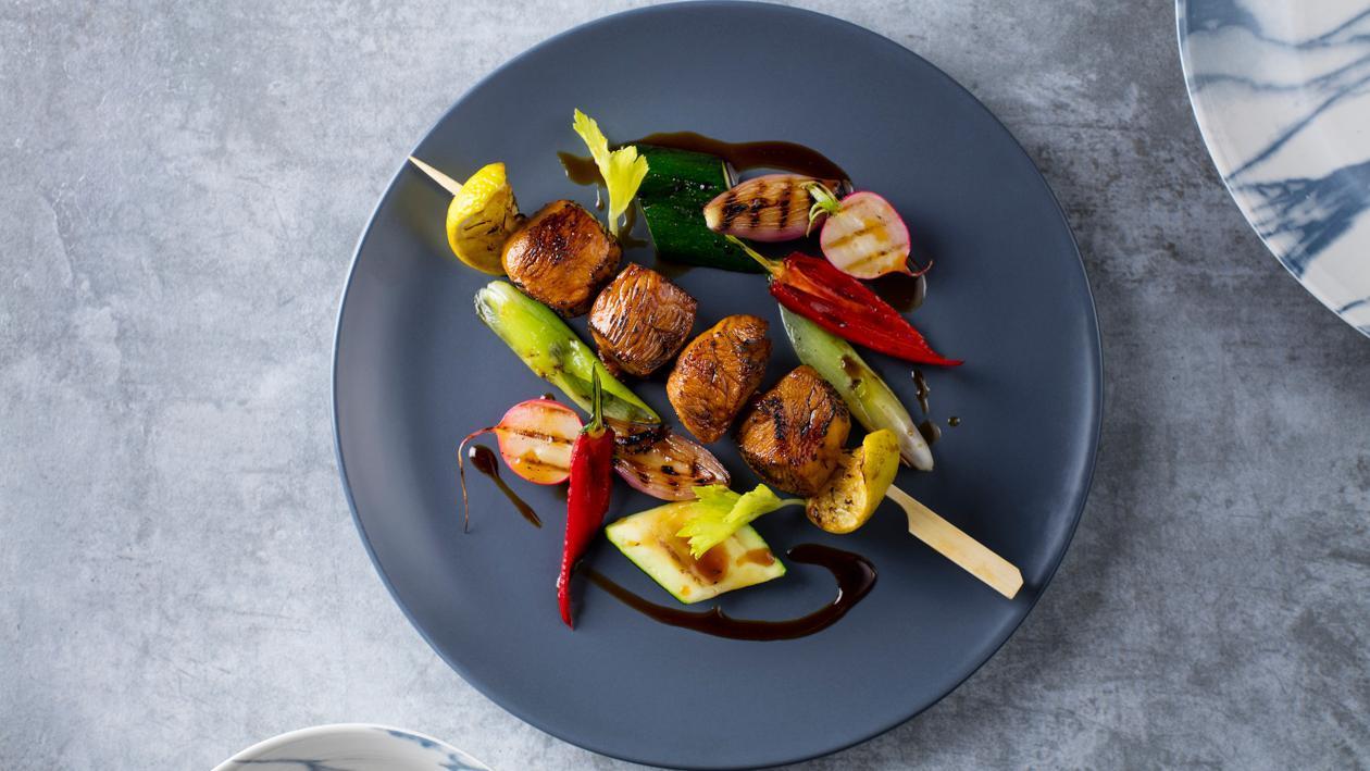 Szaszłyk z kurczaka glazurowany w teriyaki z grillowanymi warzywami