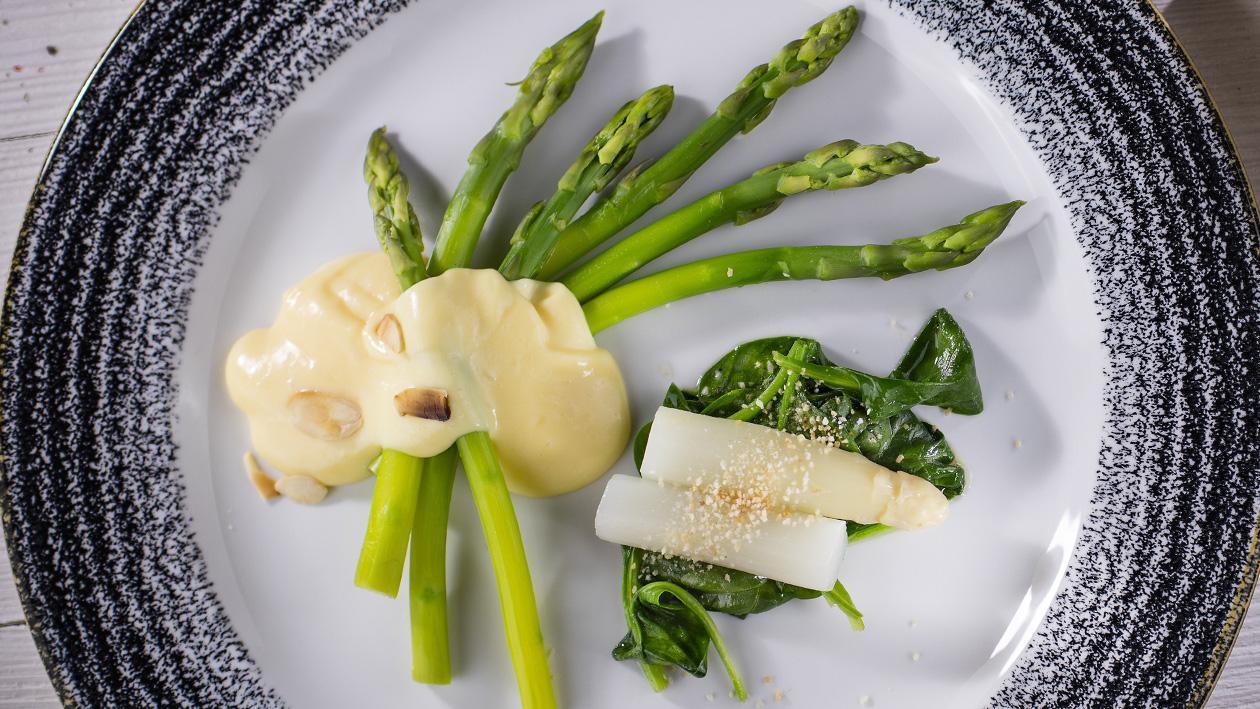 Szparagi z sosem holenderskim i młodym szpinakiem
