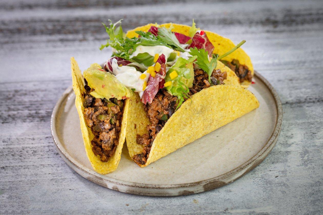 Tacos chili con carne z guacamole i kwaśną salsą