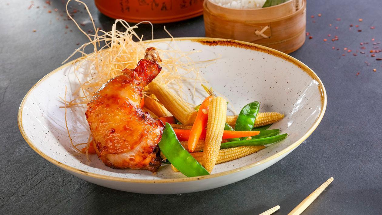 Udka kurczaka marynowane w pikantno-słodkim sosie chili z kolbami kukurydzy