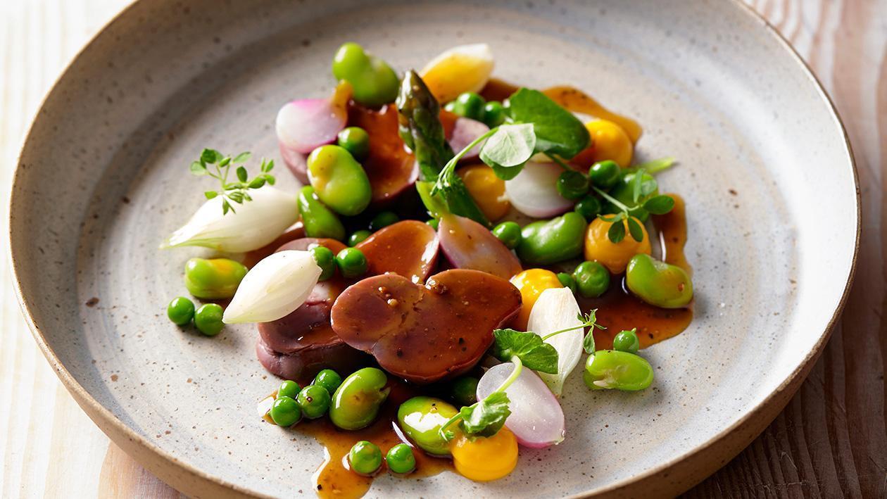 Wątróbka drobiowa z sezonowymi warzywami i lekkim sosem pieprzowym