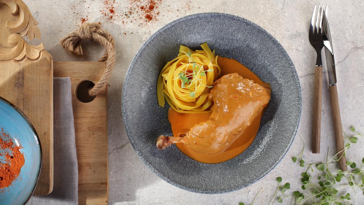 Węgierski paprykarz z kurczaka z Tagliatelle