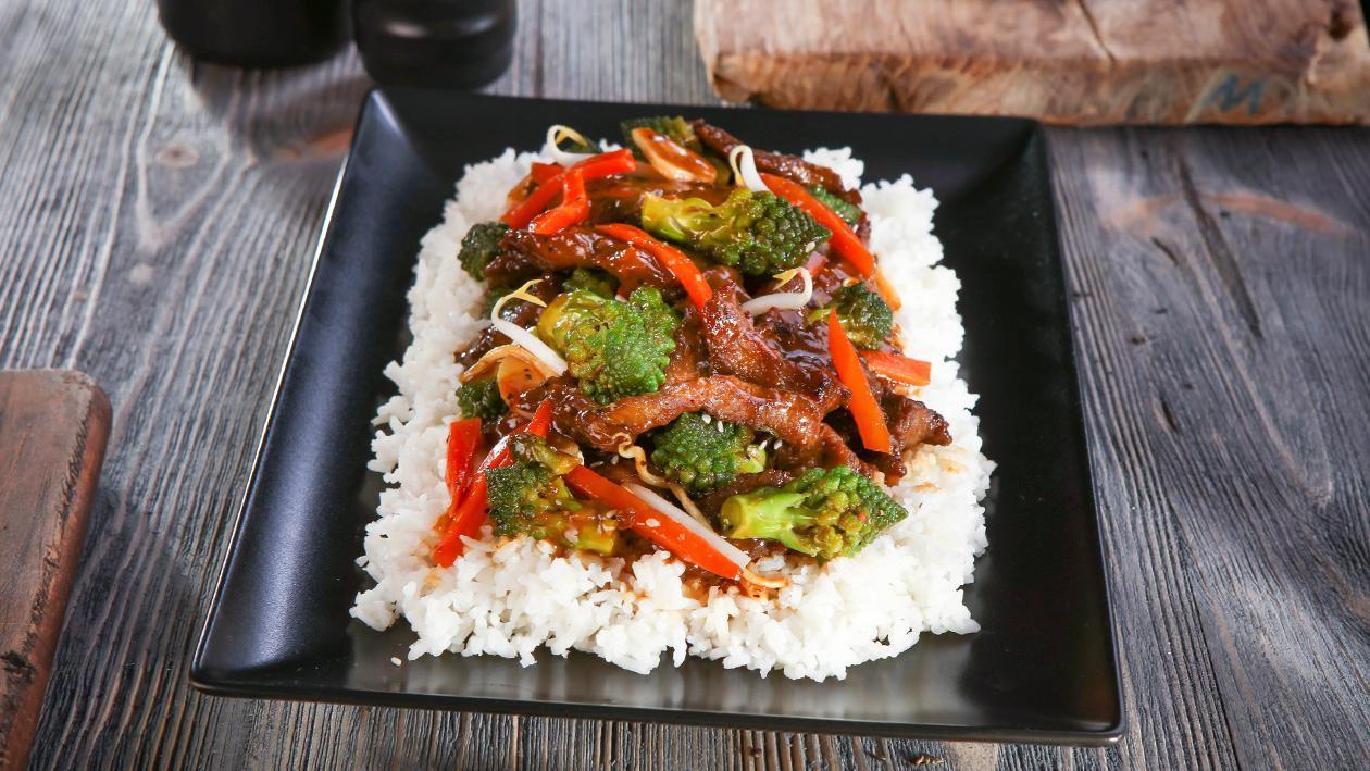 Wołowina w sosie z czarnego pieprzu z kiełkami soi i kalafiorem romanesco