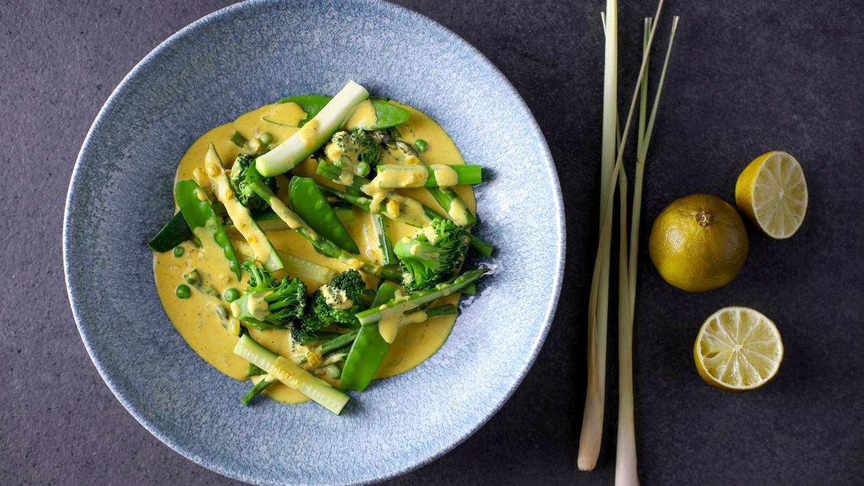 Zielone warzywa w żółtym curry