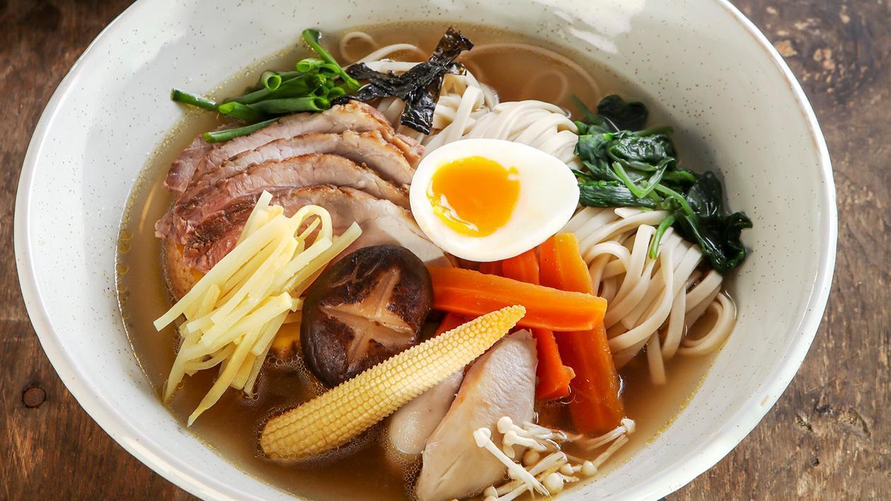 Zupa Ramen z dwoma rodzajami mięsa i płynnym jajkiem