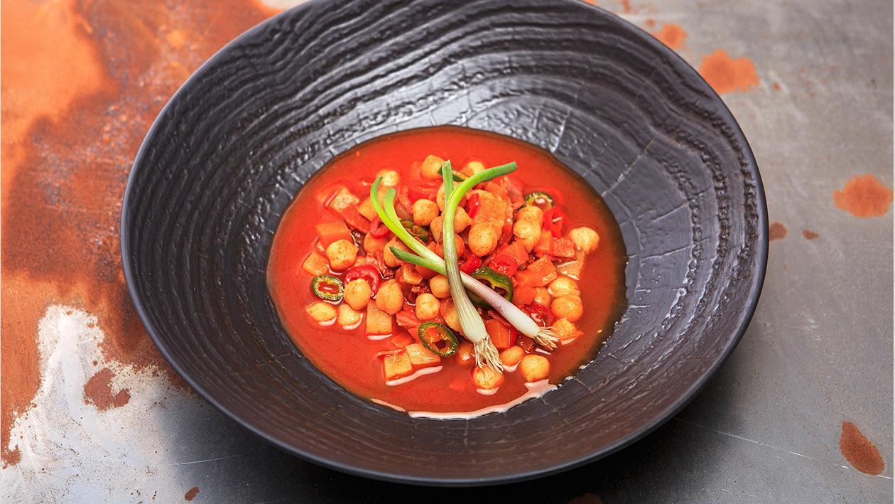Zupa z kiełbasą chorizo i świeżą kolendrą