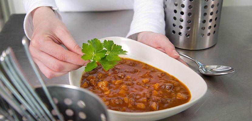 Knorr Gulaschsuppe 2,9 KG - In eine traditionelle Gulaschsuppe gehören gutes Fleisch und ordentliche Kartoffelstücke.