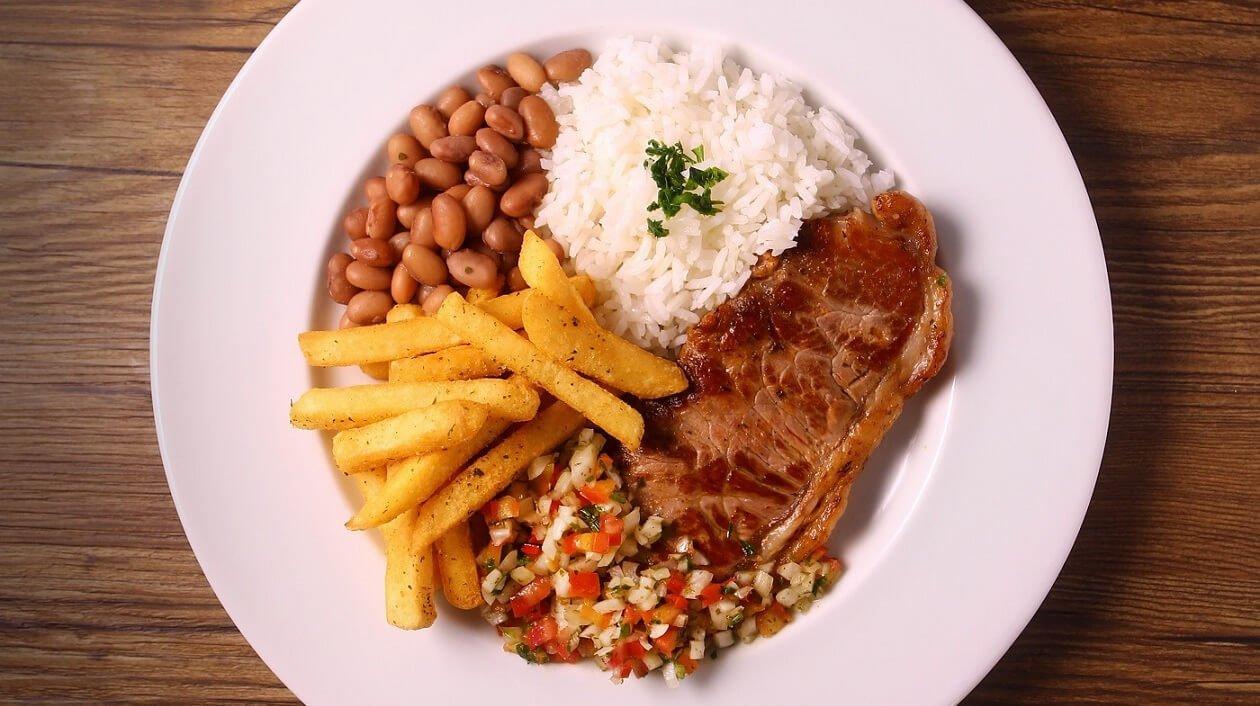 Contra-filé com arroz, feijão, batata frita e vinagrete