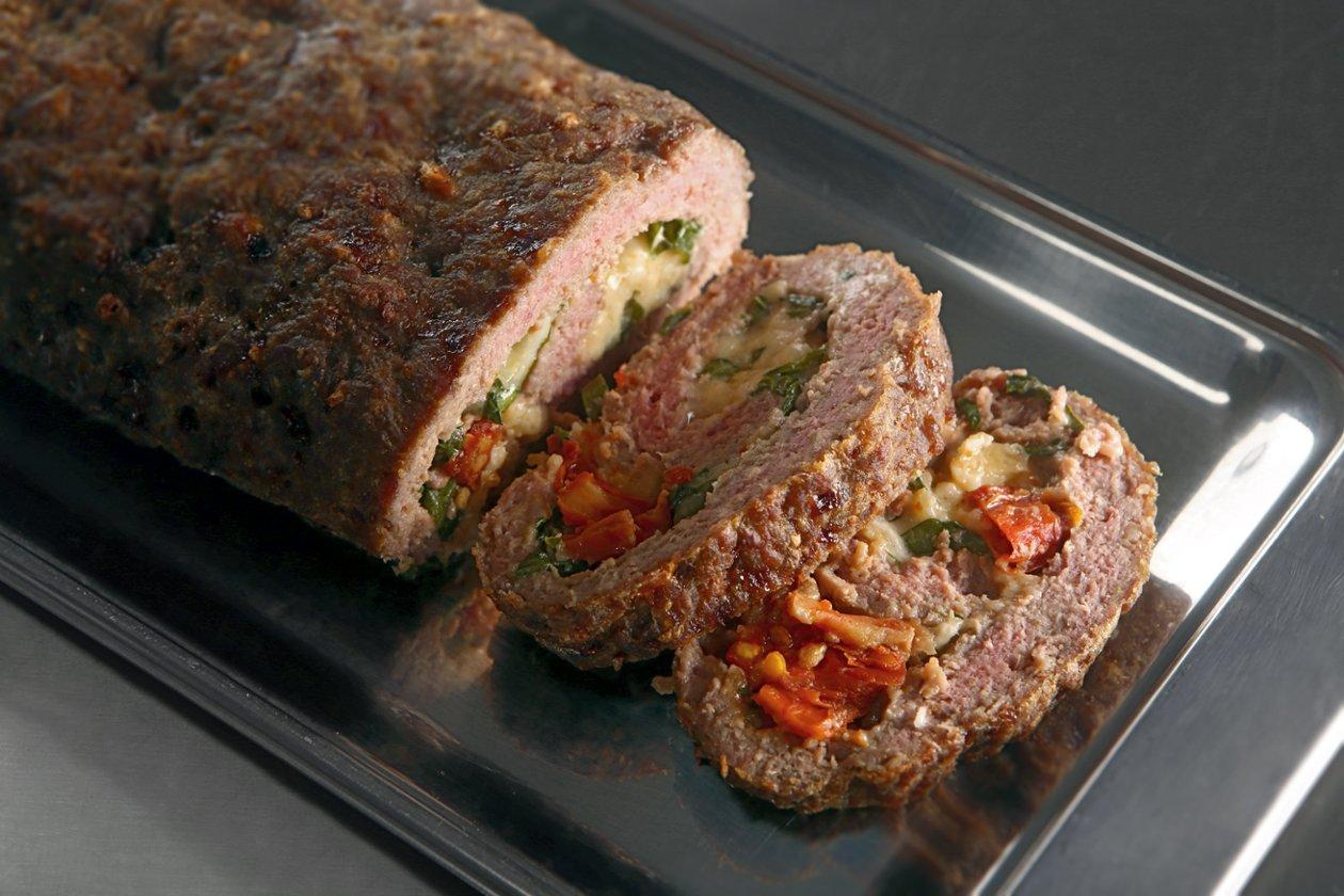 Rocambole de Carne com recheio de Maionese Hellmann's, tomate seco e rúcula