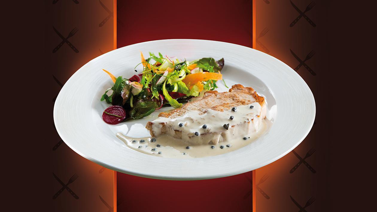 Bife de Porco com Molho 3 Pimentas e salada de legumes crocantes