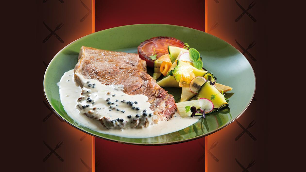Bife de Vitela com Molho 3 Pimentas, leque de legumes assados e salada de ervas