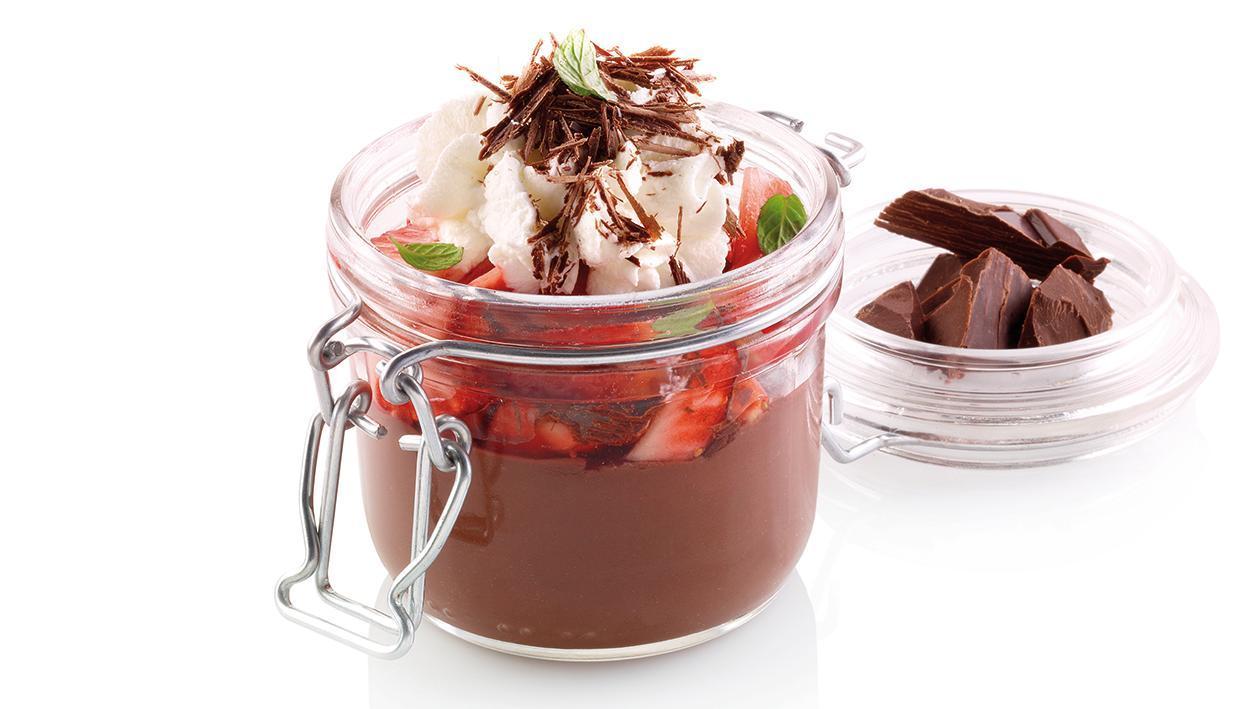 Cremoso de Chocolate com morangos macerados e chantilly