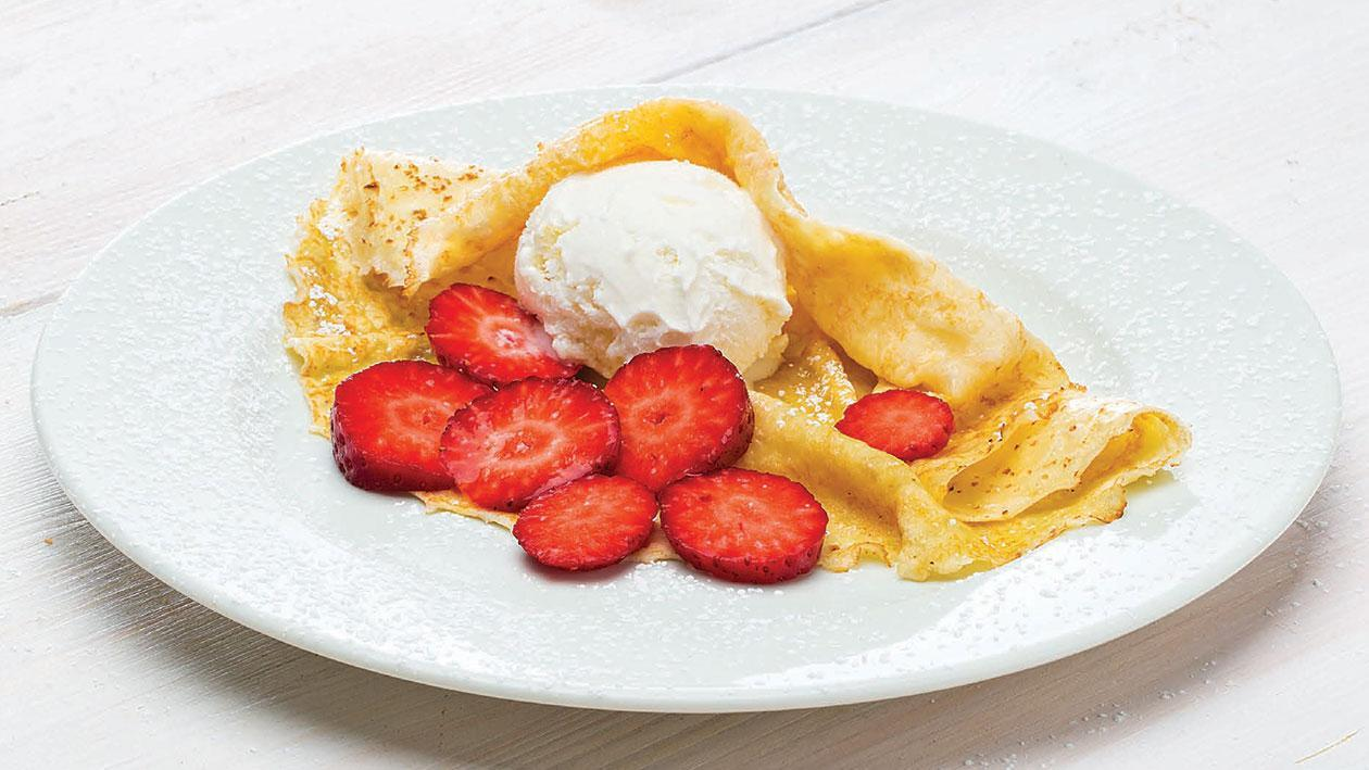Crepe com gelado de nata e morangos