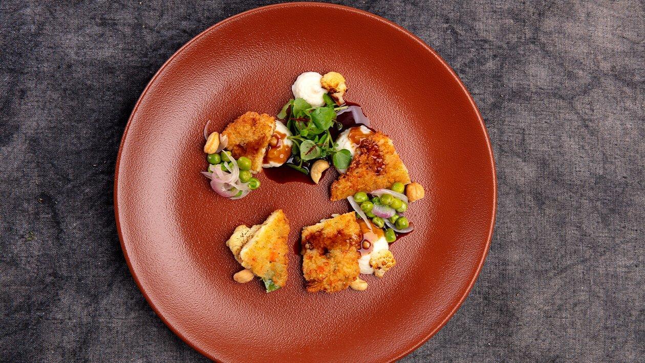 Hambúrguer vegetal com puré de couve flor e ervilhas estufadas