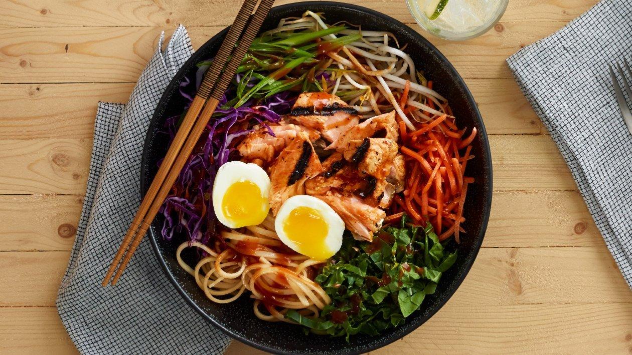 Salada Asiática de Noodles com Salmão Grelhado picante