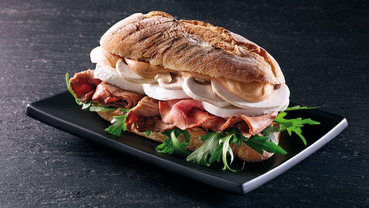 Sanduíche de rosbife, mozarela e rúcula