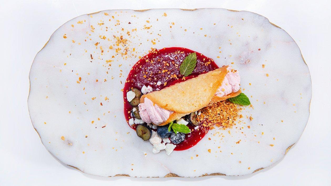Telha de Amêndoa com Mousse de Morango e Coulis de Frutos Vermelhos