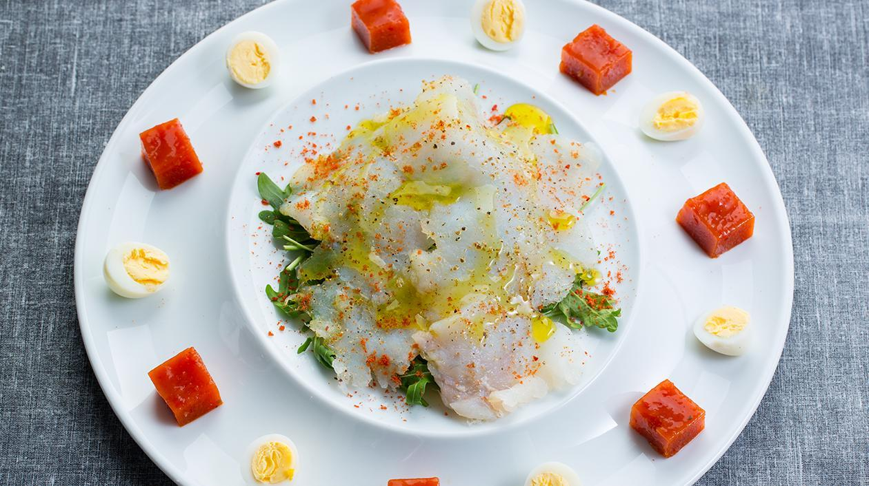 Transparência de bacalhau e salada de rúcula