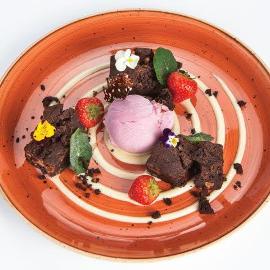 Brownies cu nuca, crema de vanilie si inghetata de capsuni