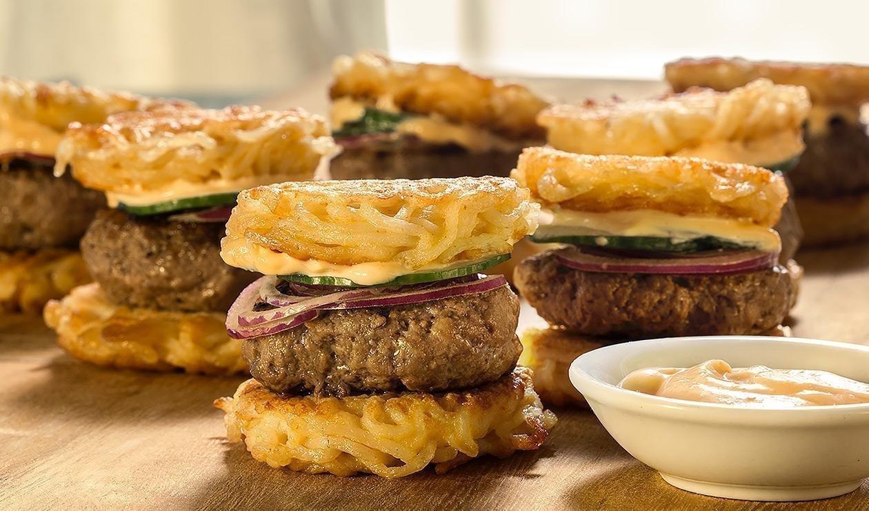 Burger cu sos Salsa iute, ramen si maioneza picanta
