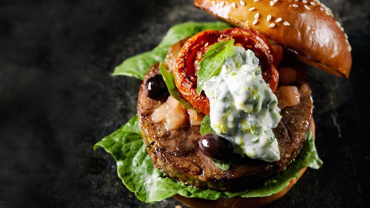 Burger ossobuco cu maioneza gremolata si sos de rosii