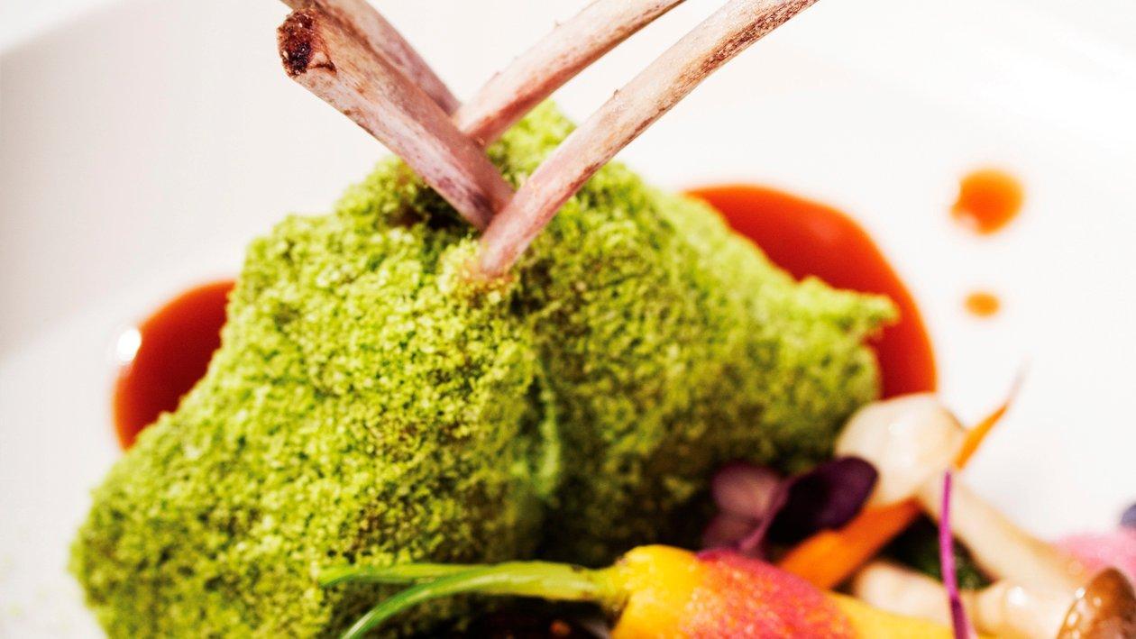 Cotlete de berbecut invelite in pudra de rucola, mini legume grill, sos demi-glace, spuma de vin