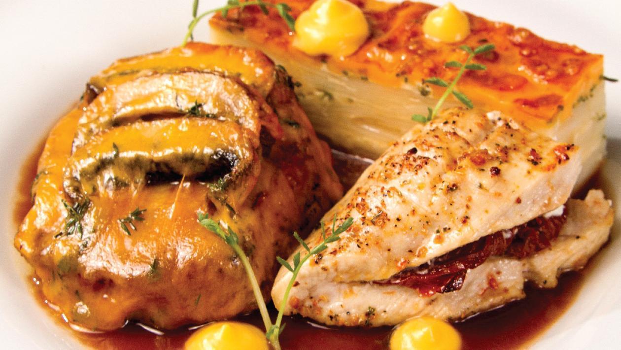 Duo cotlet de porc gratinat si piept de pui mediteranean
