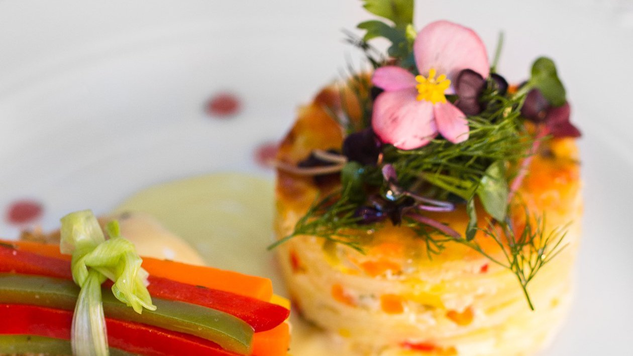 File salau in crusta de alune si sos de lamaie cu unt, cartofi gratinati alaturi de legume provence