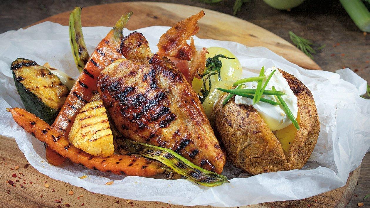 File suprem de pui cu legume la gratar, cartofi copti si crema de branza