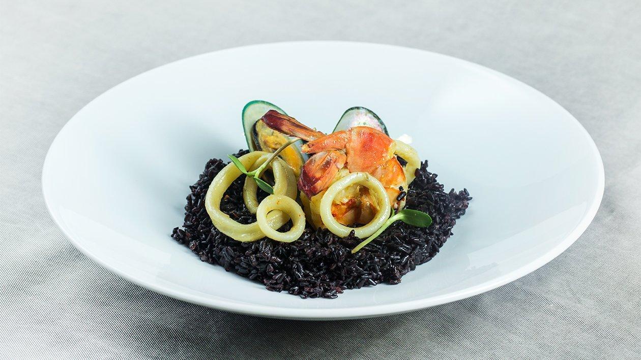 Orez negru cu fructe de mare